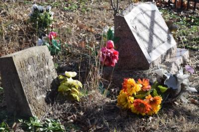 There are signs that people still visit the Mexican cemetery. (Emily Davis/Community Impact Newspaper)