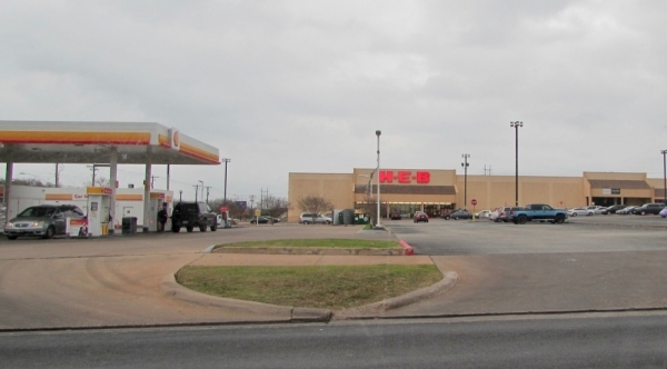 While a new store is scheduled to open in South Austin this March, the H-E-B located at 600 W. William Cannon Drive, Austin, will close this spring. (Nicholas Cicale/Community Impact Newspaper)