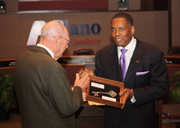 Plano Mayor Harry LaRosiliere (right) presents former Mayor Jonas Alton Allman with a key to the city in 2014. The city reported Feb. 24, 2020, that Allman had died. (Courtesy city of Plano)