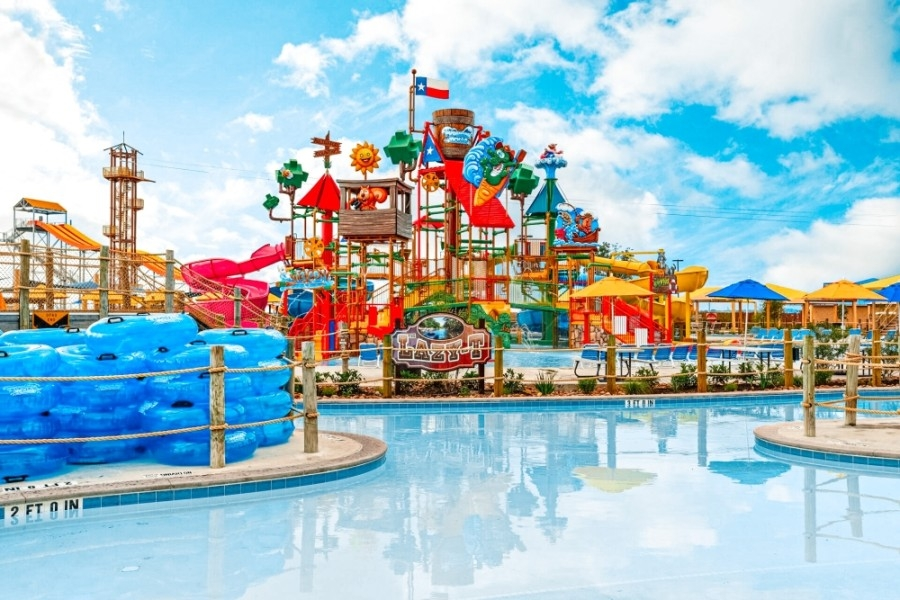 Image of a pool and water slides at the water park Typhoon Texas