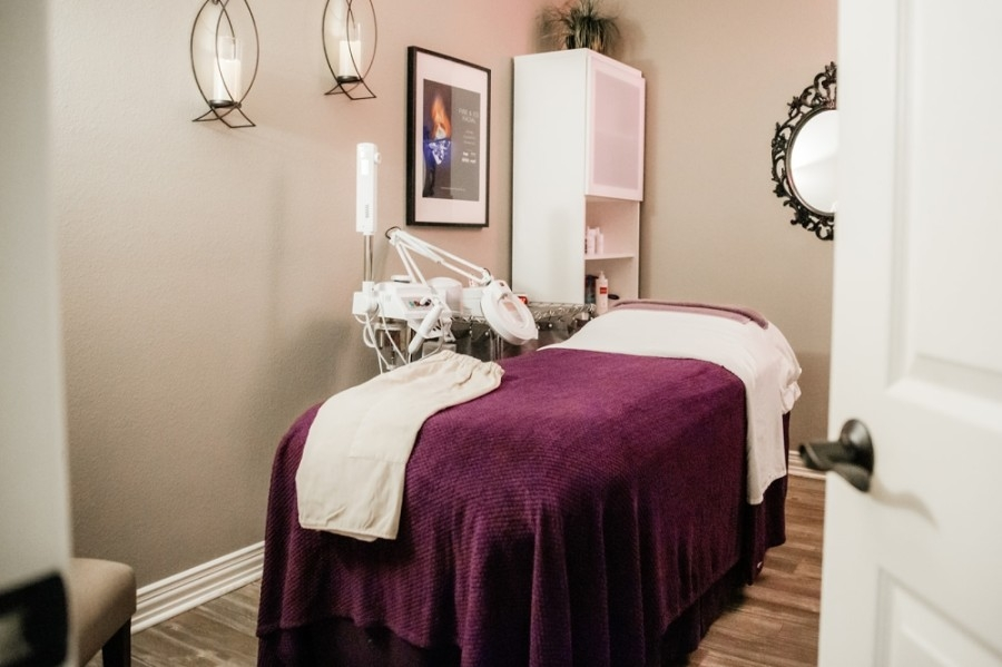 spa room with relaxing fixtures