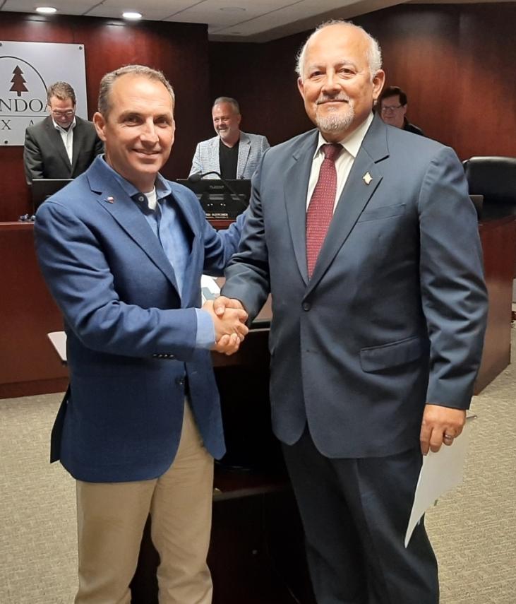 Shenandoah Mayor Ritch Wheeler welcomes John Escoto to the Shenandoah City Council. (Courtesy Debbie Pilcher)