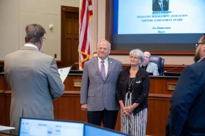 Sugar Land Mayor Joe Zimmerman (left) and City Manager Mike Goodrum (right) recognized former City Manager Allen Bogard and his wife, Claire Bogard, during the Aug. 3 City Council Meeting. (Courtesy city of Sugar Land)