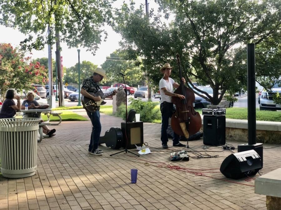 Live music at Sweet Lemon Kitchen. (Fernanda Figueroa/Community Impact Newspaper)