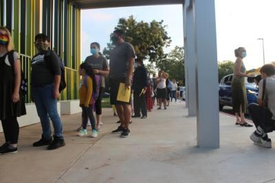 Students and parents wait outside Sanchez Elementary School on Aug. 17. (Olivia Aldridge/Community Impact Newspaper)