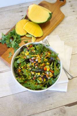 Coolgreens serves healthy food made with fresh produce.
